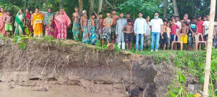 নড়াইলে নবগঙ্গা নদী ভাঙ্গণঃ 'ভয়ে রাতি ঘুমাতি পারি না'